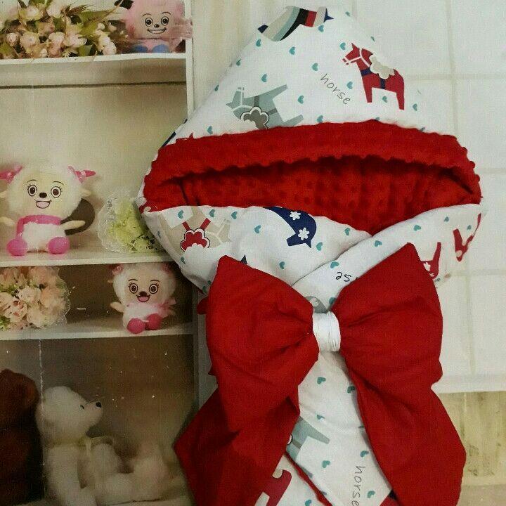 Конверт  Лошадки красный двухсторонний с капюшоном для новорожденных