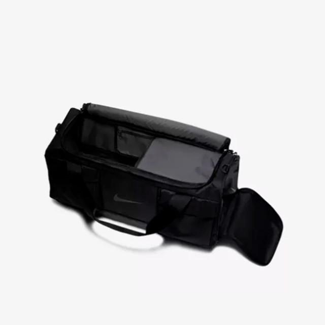 Мужская сумка для тренировок Nike Vapor Power | черная.  Фото внутреннего пространства сумки