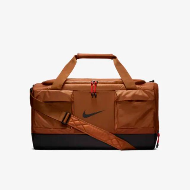 Мужская сумка для тренировок Nike Vapor Power | коричневый эль. Вид спереди.