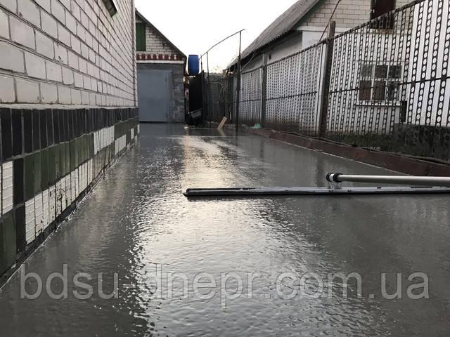 Разравнивание бетона во дворе канальной гладилкой