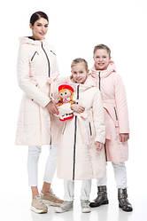 Детские пуховики и куртки, мама и дочь