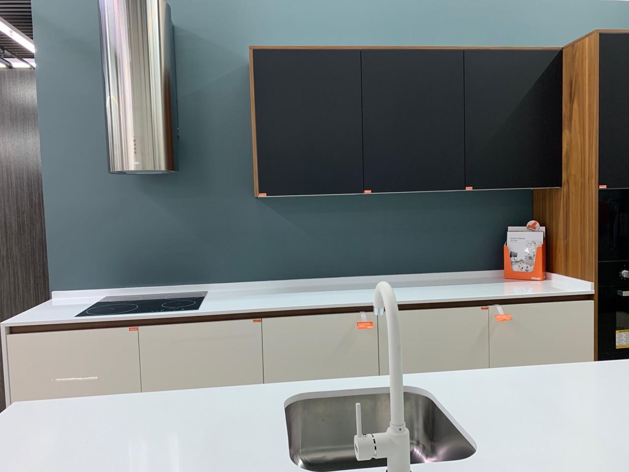 Кухня на заказ фасад акрил + феникс кухня без ручек. механизм на холодильник с нажатием для открытия