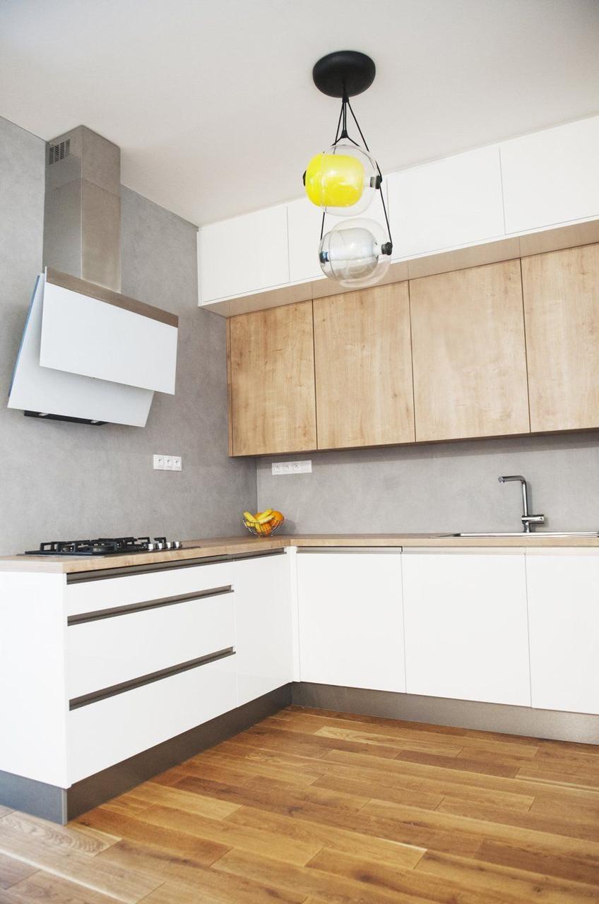 Кухня на заказ белая без ручек + шпон дуба