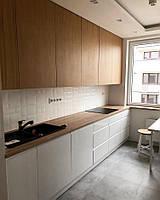 Кухня на заказ белая с ручкой фрезой в торце фасада + шпон дуба