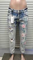 Женские джинсы бойфренд с цветочным принтом
