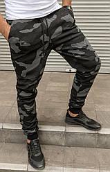 Мужские зауженные камуфляжные брюки на манжете.