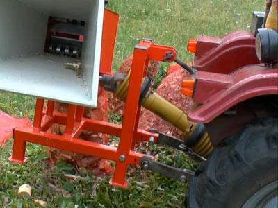Транспортировка измельчителя веток ARPAL АМ-80ТР рабочим трактором