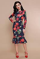 Демисезонное платье средней длины с воланом по фигуре с длинным рукавом черное с красными тюльпанами