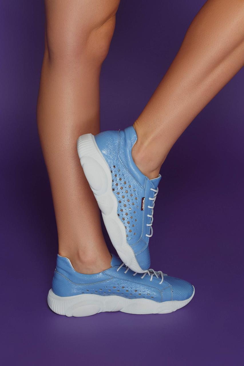 Женские летние кожаные кроссовки с перфорацией (голубые)