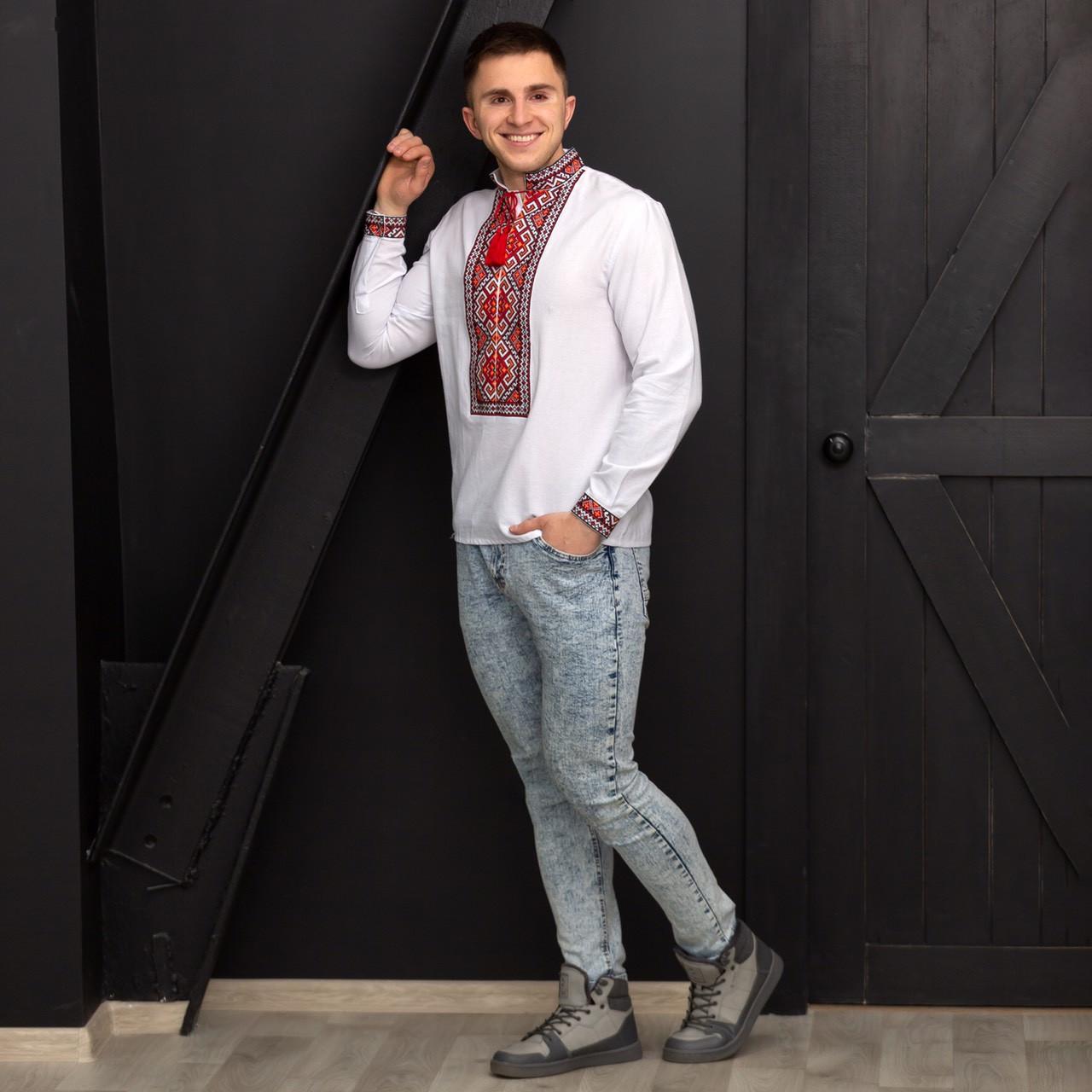 Молодой человек в украинской вышитой сорочке