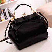 Женская сумка из лаковой экокожи с застежкой поцелуйчик черная