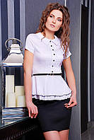 Блузка Богдана к/р белая с атласным блеском приталенная с двойным воланом баской и ремешком