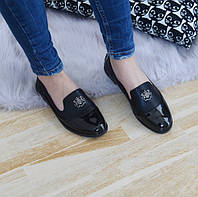 Туфлі жіночі низькі чорні з лаковим носком.