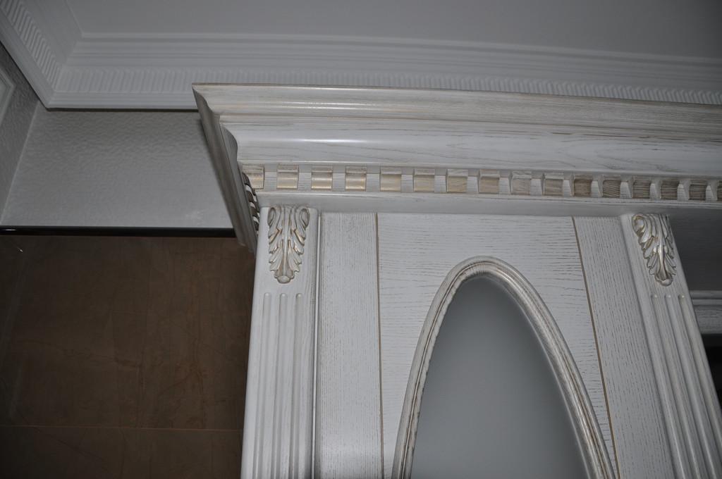 Двери деревянные с элементами резьбы 1