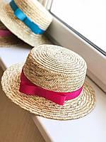 Соломенная шляпа канотье с малиновой лентой