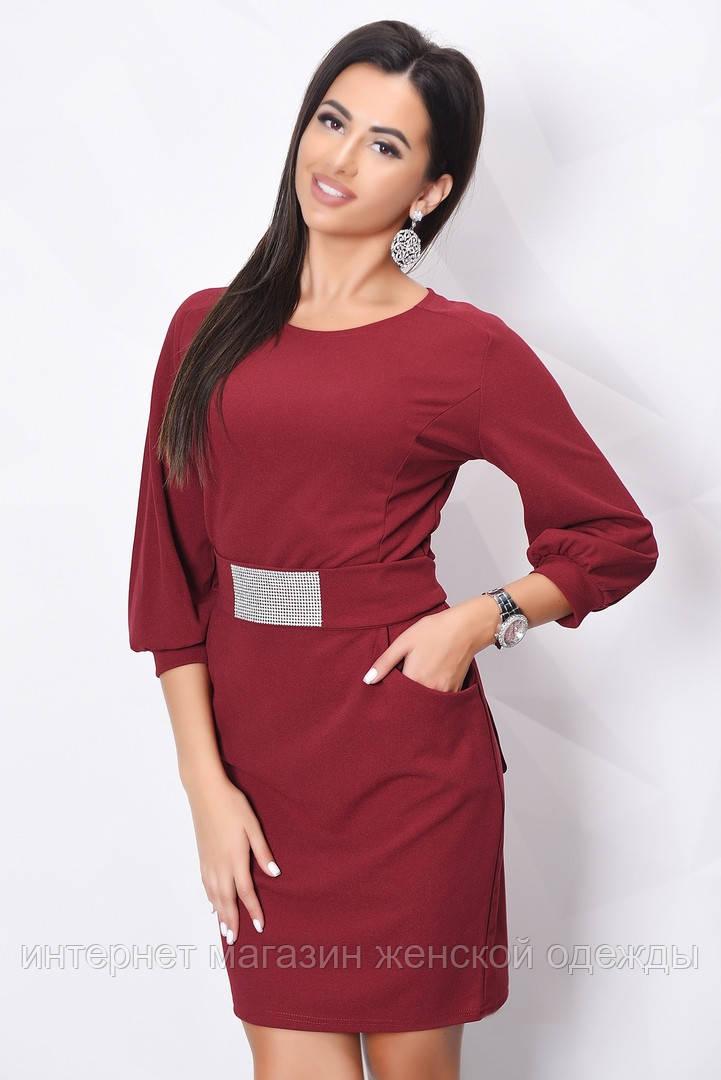 Красивое женское платье бордо до колен с поясом и стразами