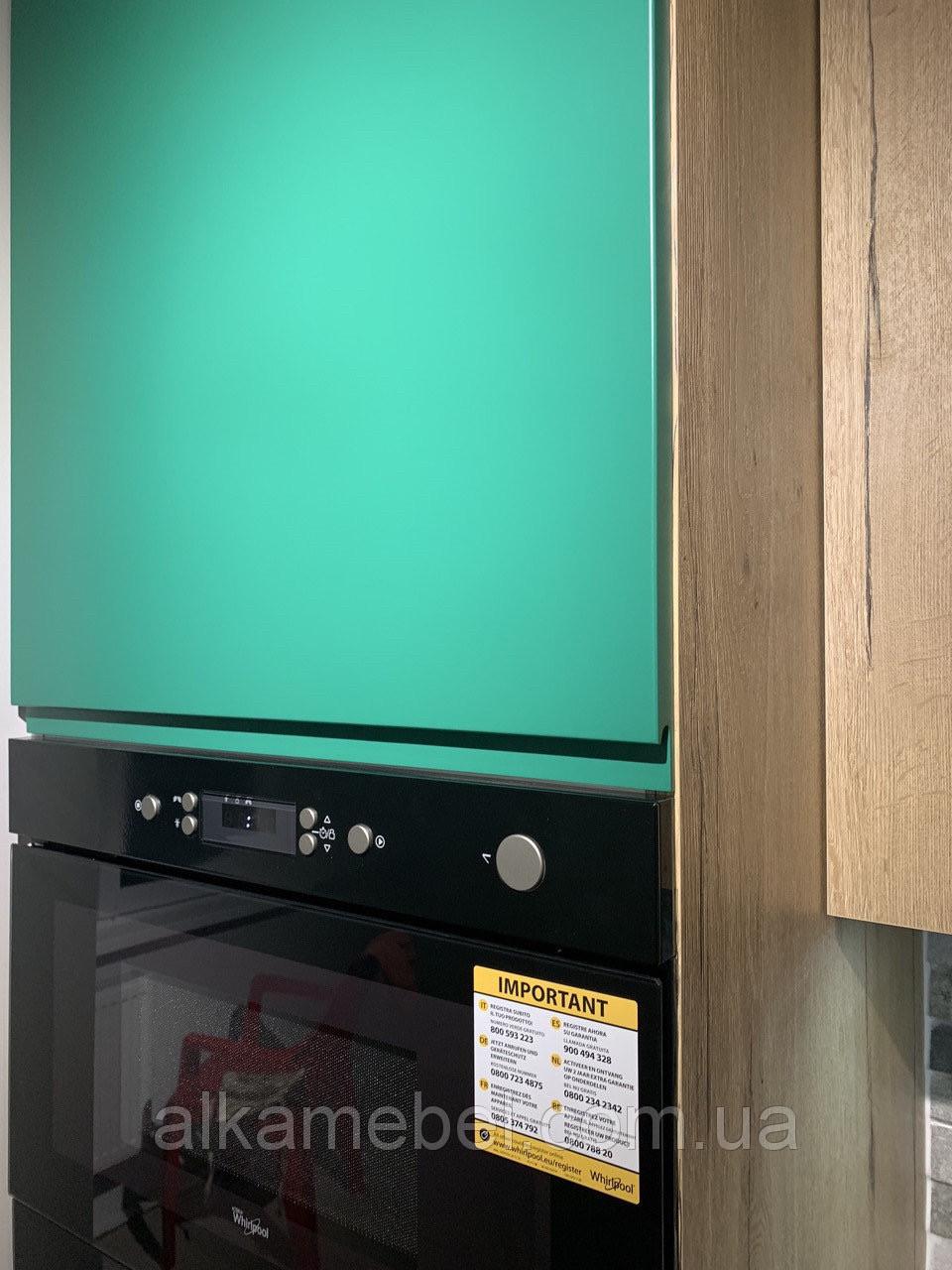 Кухня зеленая с шпоном дуба галифакса натурального.