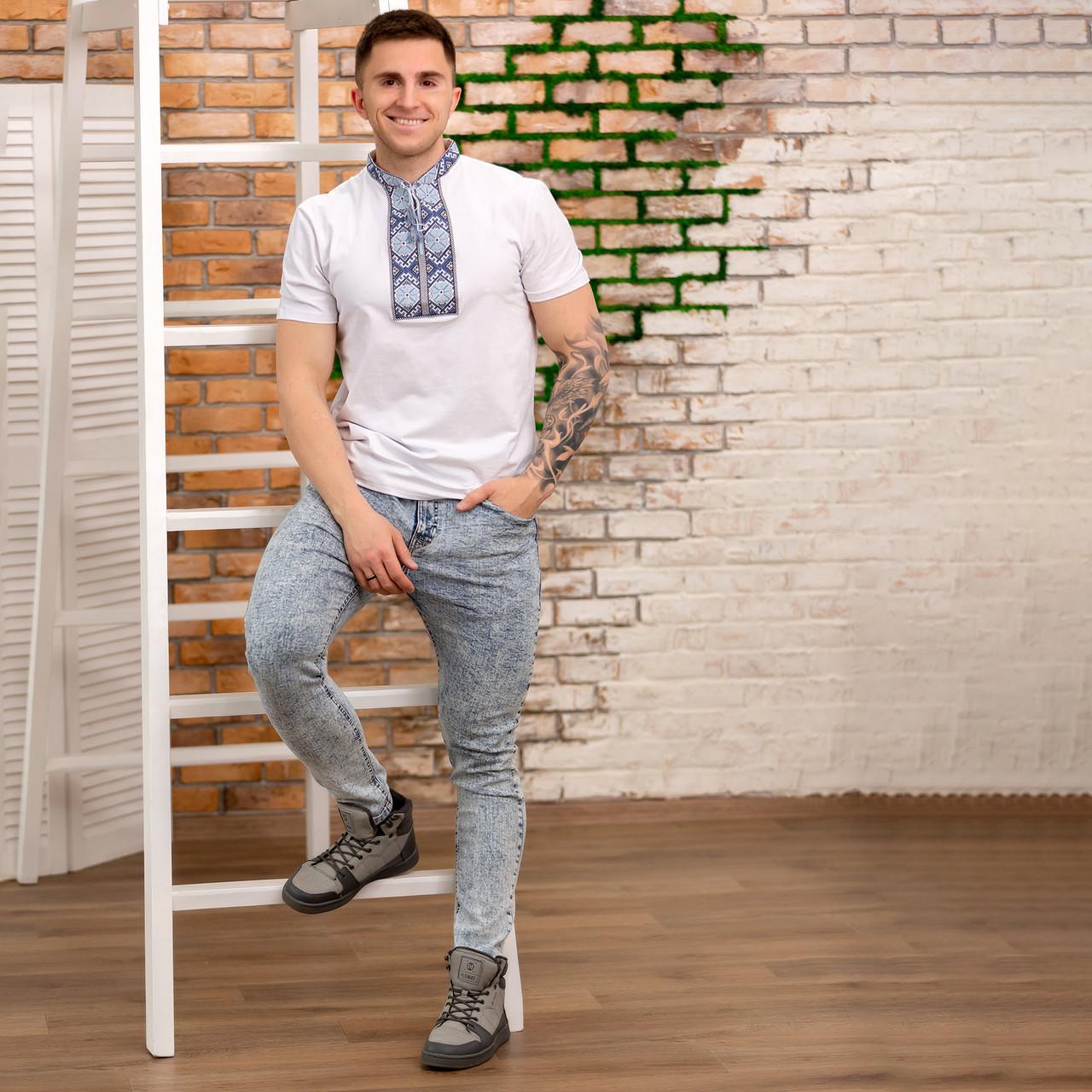 Трикотажная мужская футболка с голубой вышивкой