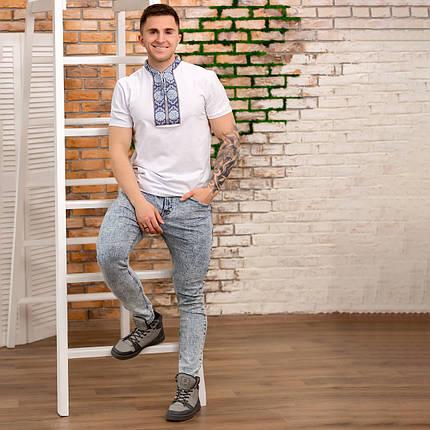 Трикотажная мужская футболка с голубой вышивкой, фото 2