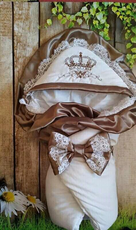 Конверт  велюровый на выписку с итальянским кружевом, вышивкой и рюшами