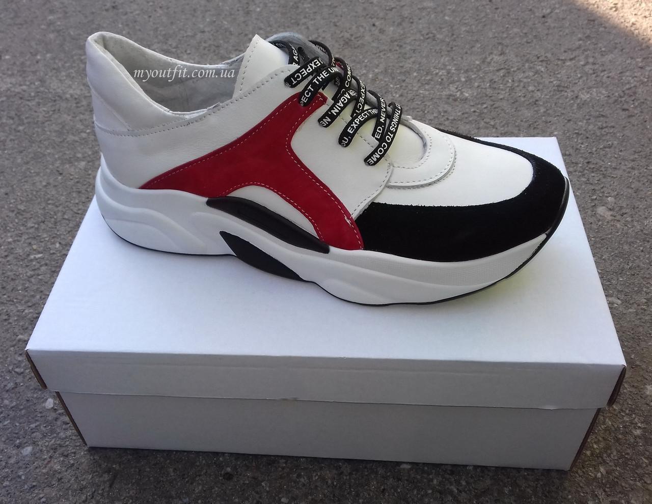 Женские белые кожаные кроссовки с красными вставками