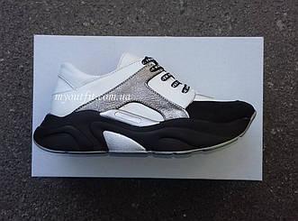 Женские белые кожаные кроссовки с высокой подошвой чёрного цвета