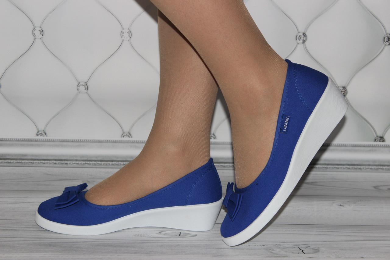 Женские туфли на танкетке синего цвета