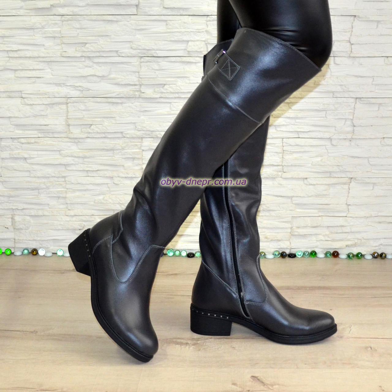 Ботфорты кожаные женские демисезонные на каблуке, серого цвета.
