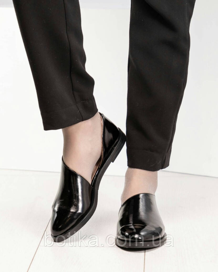 Стильные черные лаковые женские туфли с боковым вырезом