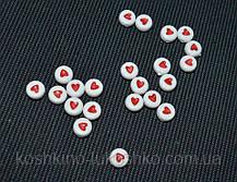 Бусина с красныс сердечком на белом фоне 7 мм