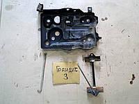 Площадка крепления аккумулятора Mitsubishi Grandis 2008 Грандис