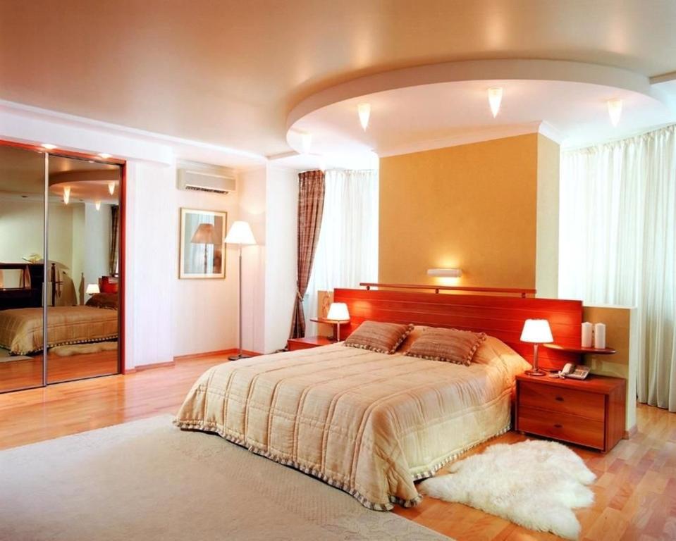 Натяжные потолки спальная.