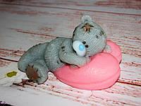 Тедди на подушке-сердце