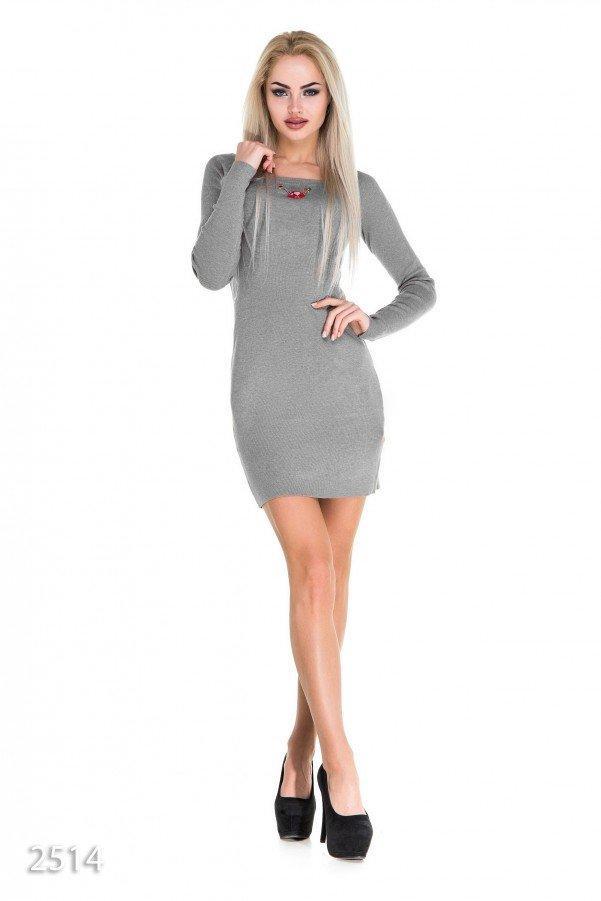 Лаконичное мини-платье серого цвета с украшением на груди