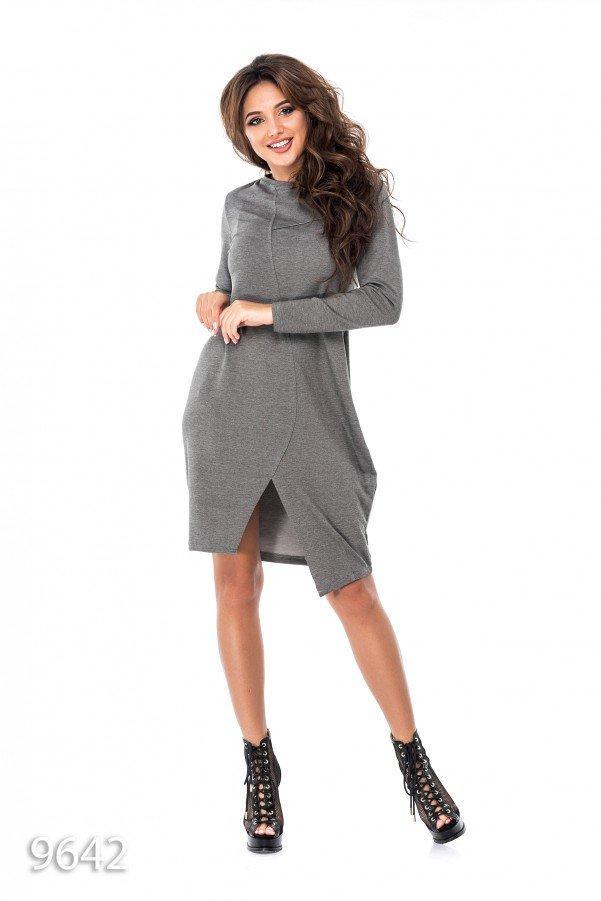 Темно-серое свободное платье до колен с имитацией запаха