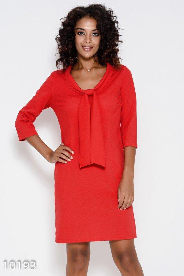 Красное приталенное платье с оригинальным воротником-шалью