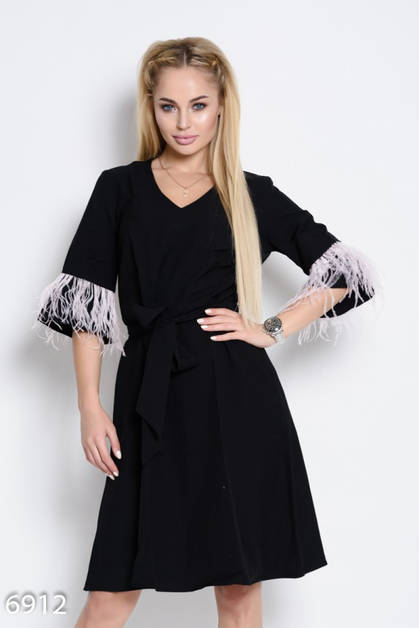 Черное  нарядное платье с поясом и декором из перьев на рукавах