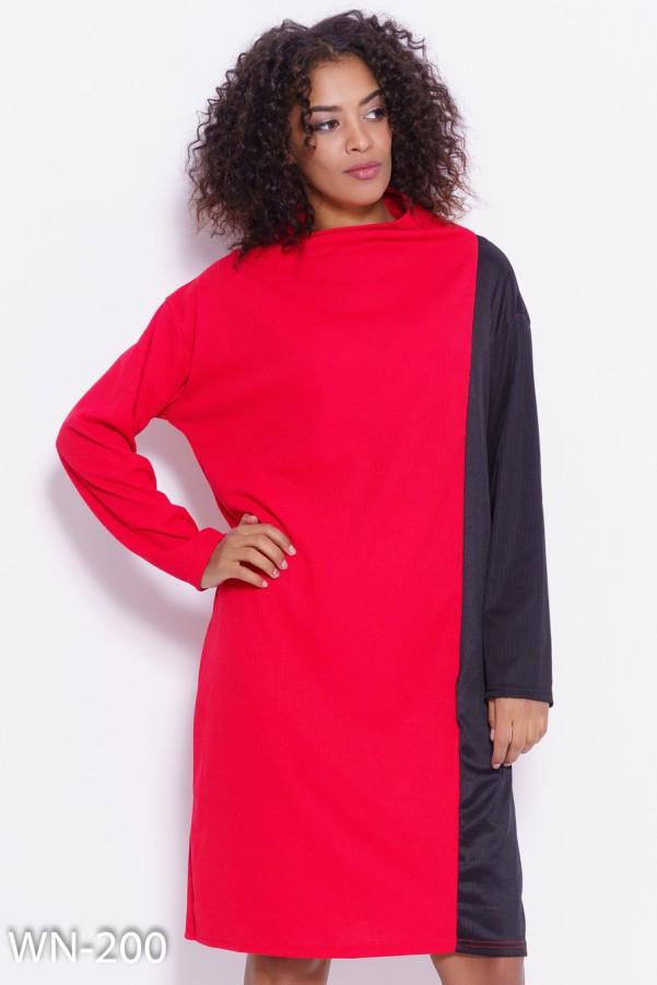 Красно-черное свободное платье с высокой горловиной
