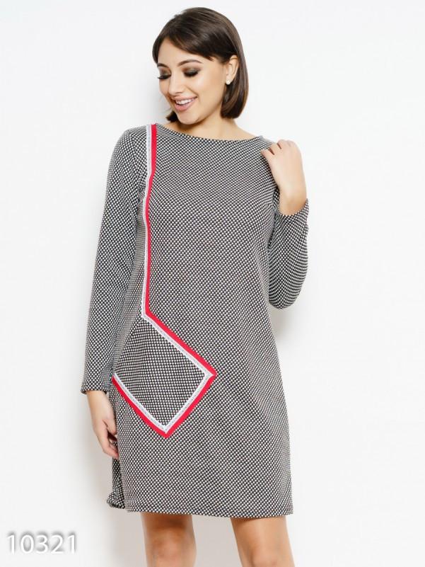 Черно-белое трикотажное платье с диагональным карманом