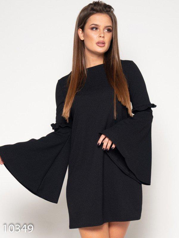 Черное платье с расклешенными рукавами и рюшами