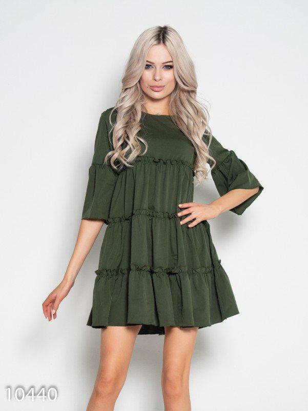 Платье-трапеция цвета хаки с рюшами и воланами