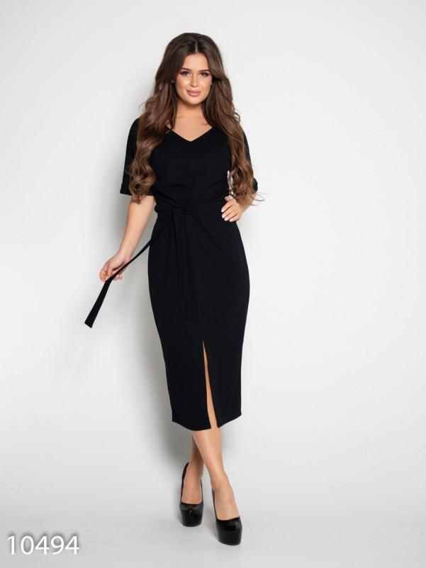 Черное платье с вырезом и короткими рукавами