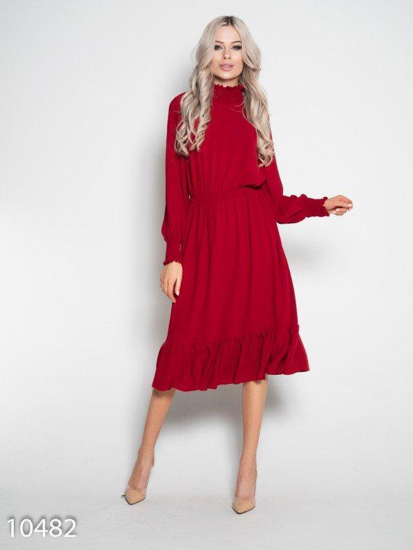 Бордовое приталенное платье с длинными рукавами