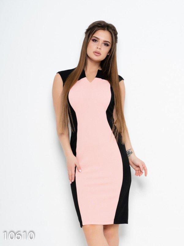 Черное платье-футляр с розовой вставкой