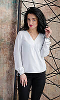 Белая женская блузка на запах