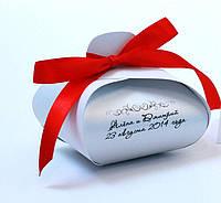 """Белая бонбоньерка """"Парфюм"""" с дизайнерсокого картона и алой лентой большая"""