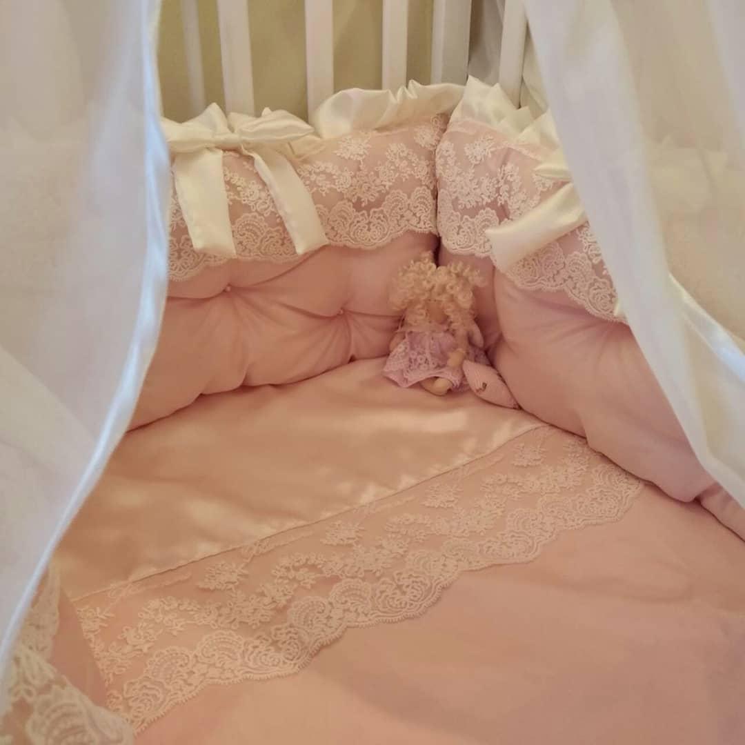 Комплект детского постельного белья из сатина  и кружев в кроватку