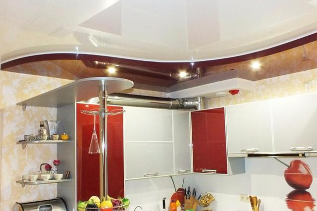 Натяжные потолки в кухне.