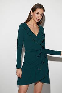 Демисезонное платье выше колен приталенное на запах длинные рукава рюши темно зеленое