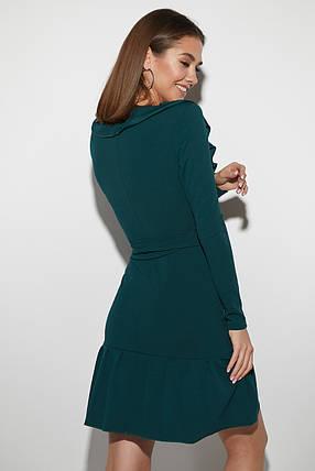 Демисезонное платье выше колен приталенное на запах длинные рукава рюши темно зеленое, фото 2